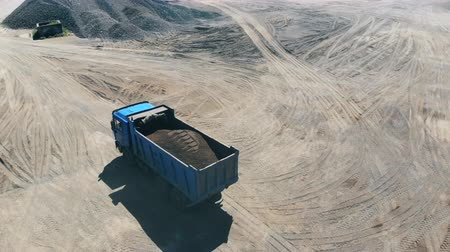 explotacion : Quarrying site with a truck relocating mineral resources Archivo de Video