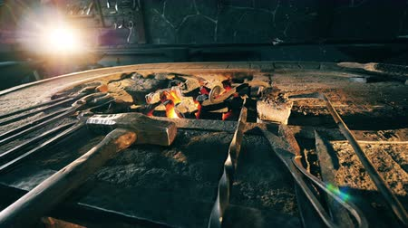 kowalstwo : Many tools at a forge near anvil. Wideo