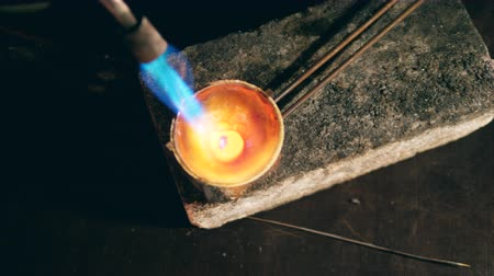 neúplný : Process of metal melting with a burner at a jewellery workshop.