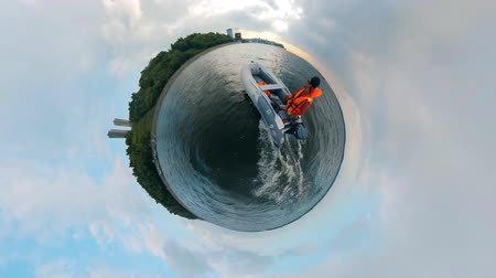 моторная лодка : A person is floating in a powerboat in a 360-degree panorama Стоковые видеозаписи