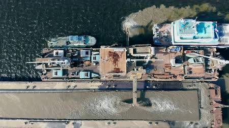 добыча : Top view of the barge and sand getting processed on it