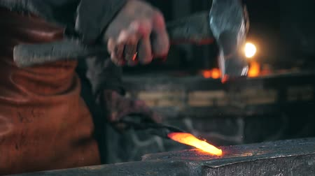 nápadný : Slow motion of incandescent iron getting forged. Slow motion. Dostupné videozáznamy