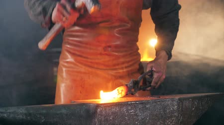 ручная работа : Slow motion of the blacksmith forging iron