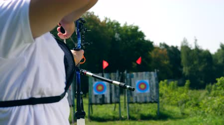 tiro com arco : A sportsman training on a range with a bow.