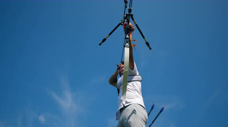 concentrando : One man training with a bow on a shooting range.