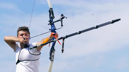 tiro com arco : Professional athlete shoots a bow on a range. Stock Footage