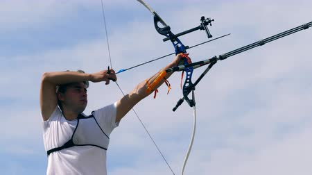 tiro al bersaglio : One man training on a range with a bow.