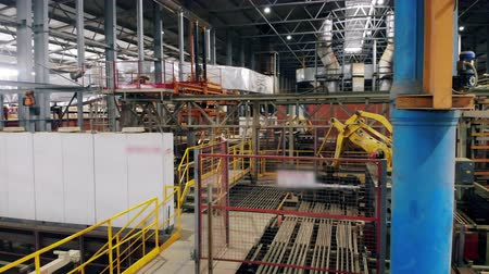 výbava : Industrial automated machine moves boxes in a industrial facility. Dostupné videozáznamy