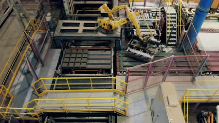 brick factory : Modern industrial robotic arm works with bricks on a line. Stock Footage