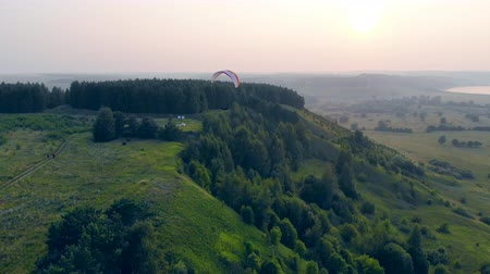 padák : Green terrain and the paraplane flying above it