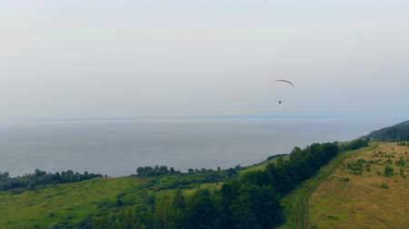 szybowiec : Waterscape with a person floating on the paraglider Wideo