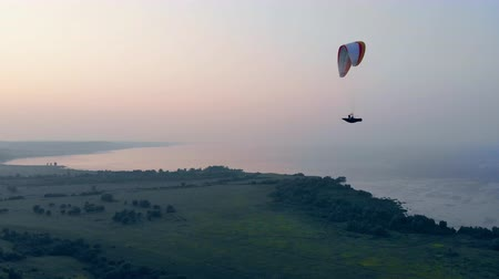 padák : The flight of the paraglider held high in the sky