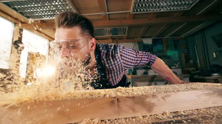 marangoz : Slow motion of the shavings getting blown off from the wood
