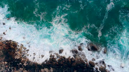 塩漬けの : Turquoise ocean waters are crashing along the coast