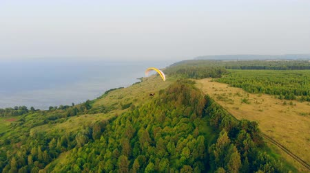 скольжение : An athlete sailplanes with a paraglider in the sky. Paraglider in sky.