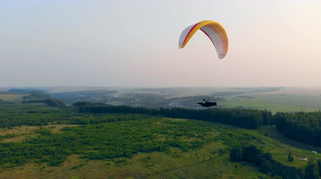 padák : Athlete flies a glider in sky. Adventure, active extreme lifestyle concept.