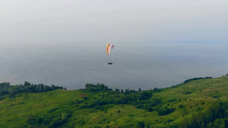 скольжение : Professional sportsman flies with a glider in sky. Paraglider in sky. Стоковые видеозаписи