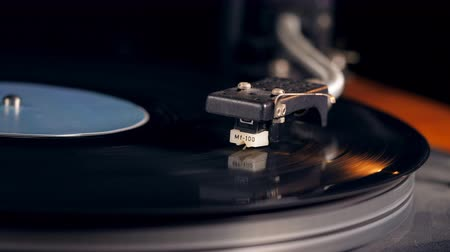 gramofoon : Stylus on the surface of the vinyl record Stockvideo
