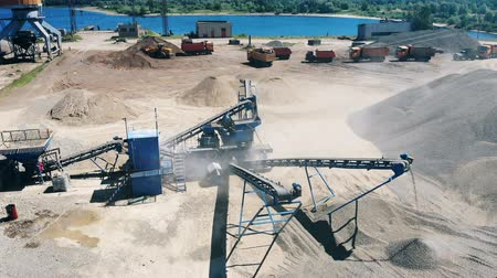 яма : Extraction site with trucks and crushers. Mining industry equipment.