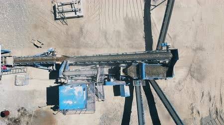 mekanizma : Crushing mechanism works with rubble at a mining site. Heavy industry mining equipment.