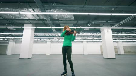 concertgebouw : Empty building with a female violinist playing the instrument Stockvideo