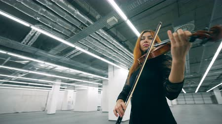 saçlı : Empty hall and a woman in black dress playing the violin Stok Video