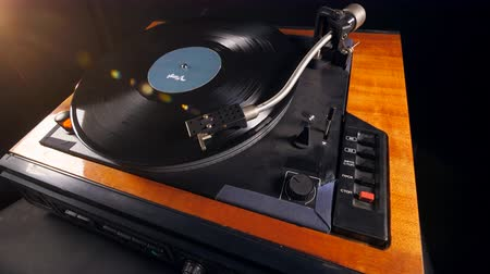 stereoanlage : Wooden vinyl player rotates a disk, playing music.