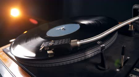 stereoanlage : Black vinyl record spins on a music player.