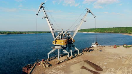epik : Dock crane unloads breakstones, putting them into a pile. Stok Video