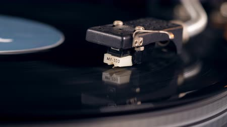 stereoanlage : Metal needle starts scratching vinyl record while a player works.