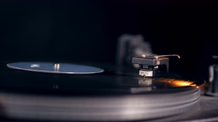 gramophone : A vinyl player stops working, releasing a needle.