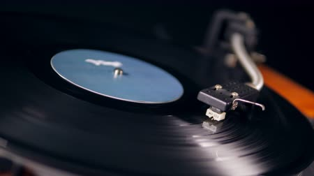 stereoanlage : Vintage vinyl player works with a metal needle.