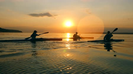 transporte acuatico : Sunset waterscape with people rowing Archivo de Video