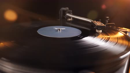 аналог : Turntable with a vinyl record is playing