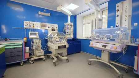 eenheid : Modern nursery with incubators and medical machines at a hospital. Stockvideo