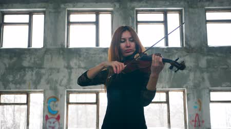cselló : A woman in a black dress is playing the violin