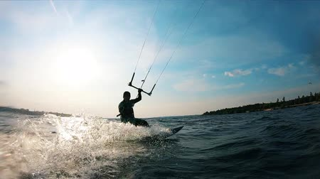 dynamiek : Slow motion kitesurfen langs de rivier Stockvideo