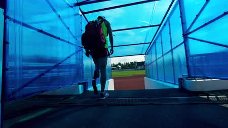 desvantagem : Athlete with an artificial leg is entering the stadium