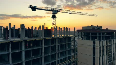 neúplný : Sunset cityscape with a construction site