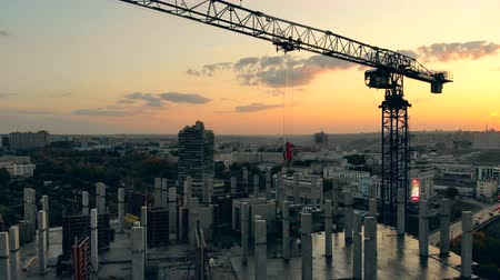 inacabado : Building crane at the sunset construction site. Construction site at a sunset. Stock Footage