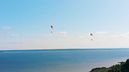 tehlike : Sports people training with gliders over a river. Stok Video