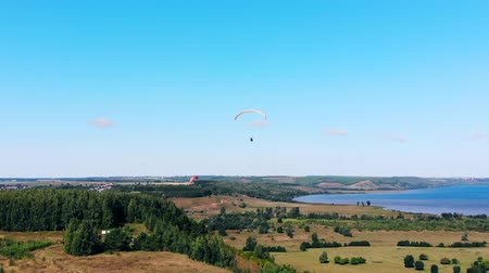 padák : Athletes with paragliders flying high.