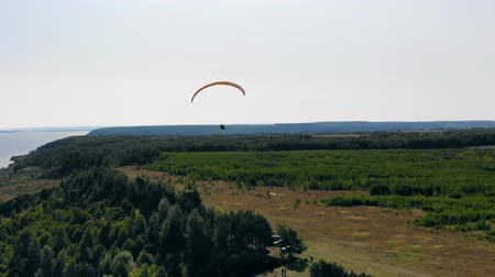 szybowiec : Sportsman flies with a glider while training in the fields.