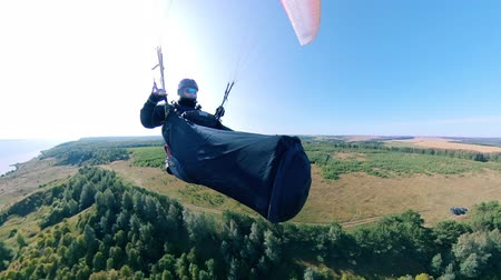 скольжение : Man flying in the sky with a glider. Стоковые видеозаписи