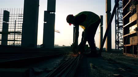 armature : A builder uses disk saw while working at a construction site. Stock Footage