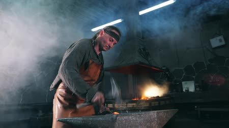 forja : Slow motion of a blacksmith forging incandescent metal Archivo de Video