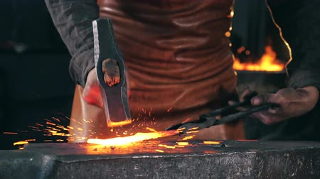 incandescente : Incandescent metal is getting forged in slow motion