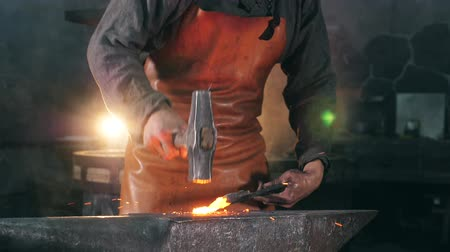 твердый : Craftsman is forging iron tool in the smithy Стоковые видеозаписи