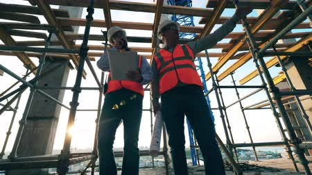 inspectie : Engineers work together on a building site.