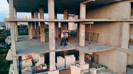 felügyelő : Professional engineers walk in a building, checking it. Stock mozgókép